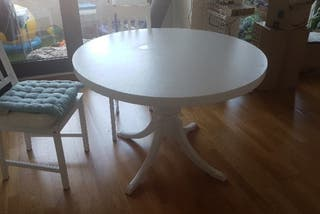 mesa blanca redonda de comedor para 6 personas.