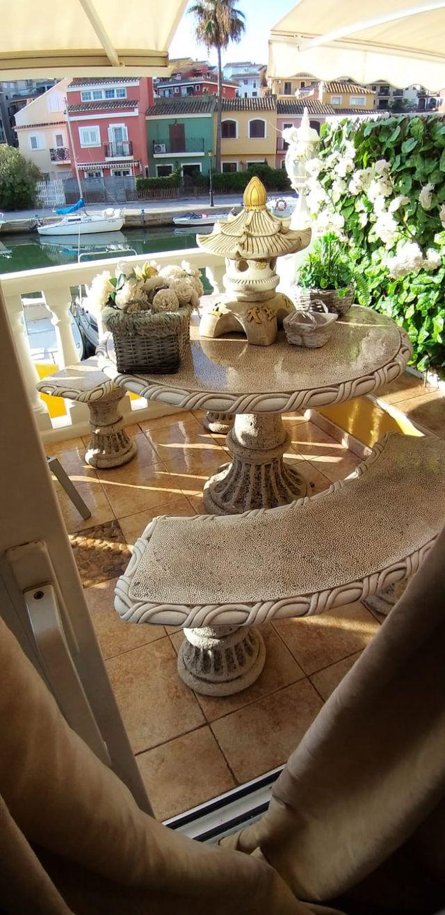 mesa y 3 bancos de piedra