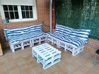Chill out, sillones y mesa de jardín