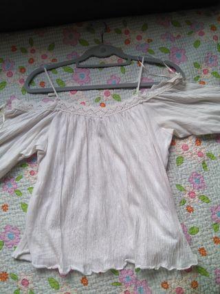 Blusa blanca con hombros descubiertos.