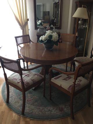 Mesa de comedor y 4 sillas con apoyabrazos.