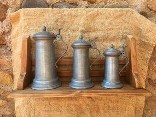 3 jarras medidoras + estante