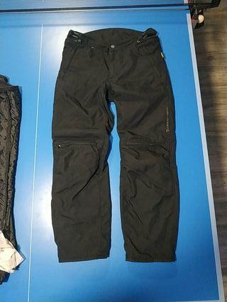 Pantalón Dainese impermeable GORE-TEX, muy ligero.