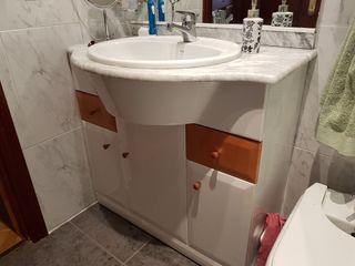 Mueble de baño con gran espejo+armarito de colgar.