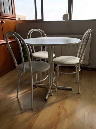 Mesa redonda con 3 sillas