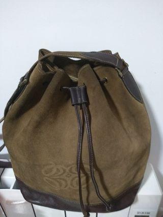 bolso de piel con el logo Loewe