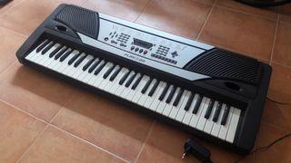 Piano eléctrico y soporte.