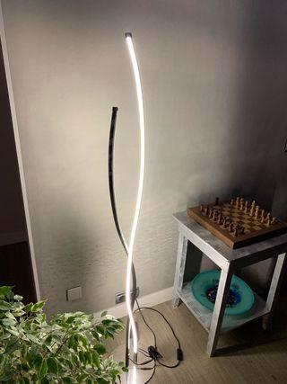 Lámpara LED moderna sin uso