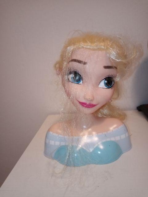Vendo la cabeza de Elsa para hacer peinados