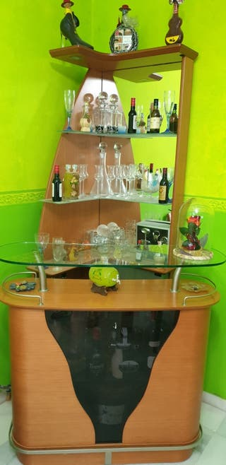 Barra de bar con vitrina