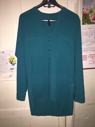 Blusa de color azul con botones.