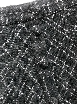 DKNY cinturón negro y ZARA falda estilo Chanel