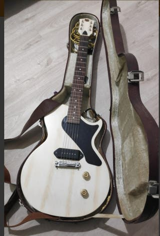 Vendo guitarra tipo lp junior AXL con estuche.