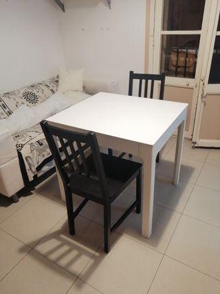 Mesa comedor y dos sillas