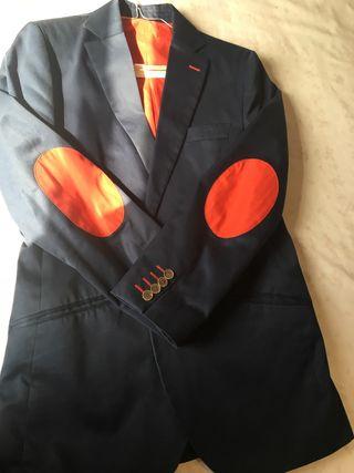 Traje de chaqueta en color azul marino y rojo.