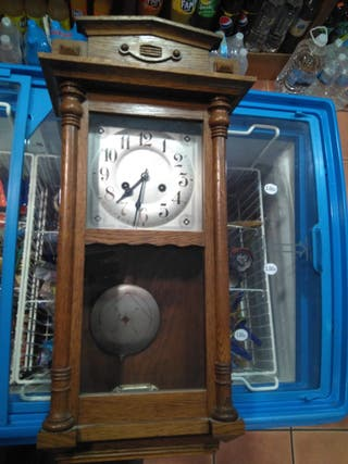 reloj antiguo de pared con péndulo