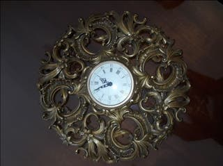 Antiguo reloj de pared color bronce