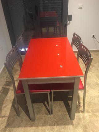 Mesa cocina extensible y 4 sillas rojas