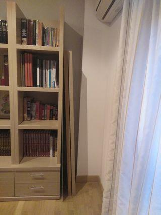 Estantería de cuatro estantes y mueble con puerta