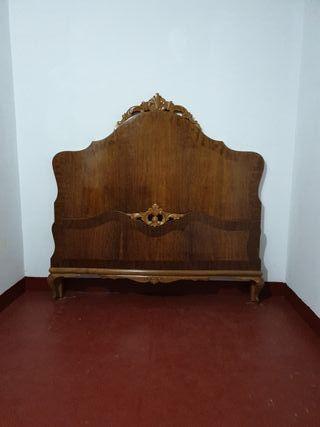 Cama de madera de 135 cm con somier.