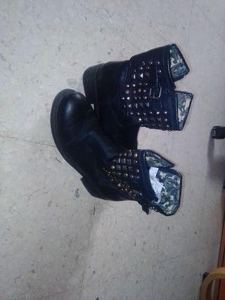 Botas negras con chapas