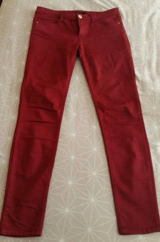 Pantalón push up color vino Stradivarius talla 40 de segunda
