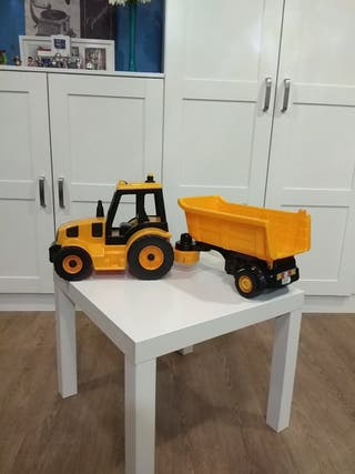 Tractor grande con remolque