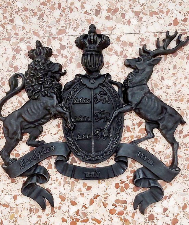 escudo hierro fundido para decoración de chimenea