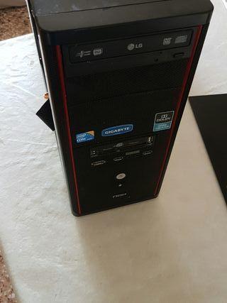 torre de pc con placa base y procesador