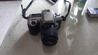 Cámara analógica fotográfica Nikon con objetivo