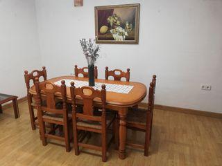 mesa de comedor con 6 sillas y cuadro