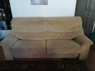 Sofá de tres plazas.