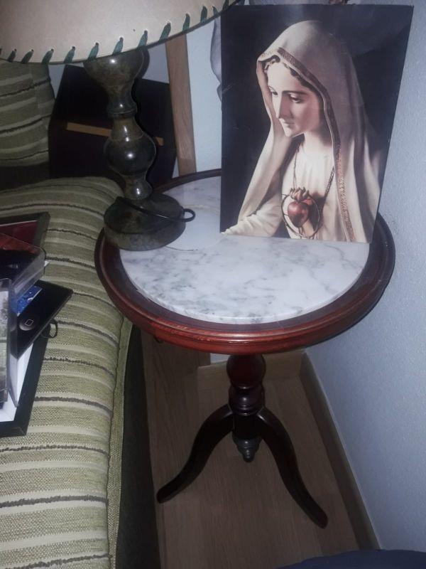 Mesa de marmol 64 cms alto por 50 cms ancho.