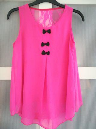 blusa rosa con encaje por detrás