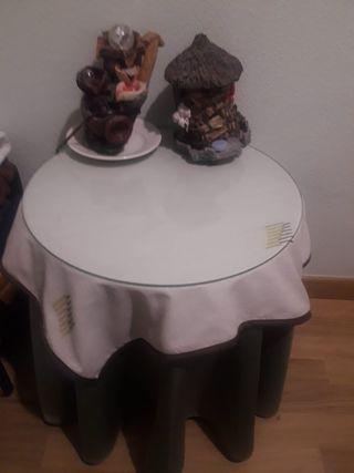 Mesa redonda con faldilla y cristal