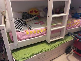Trilatera marca Flexa, con cama nido con cajoneras