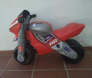 Moto correpasillos FEBER Racing con casco.