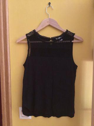 Camiseta/blusa de tirantes negra.
