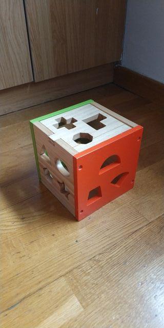 Cubo de juegos y piezas