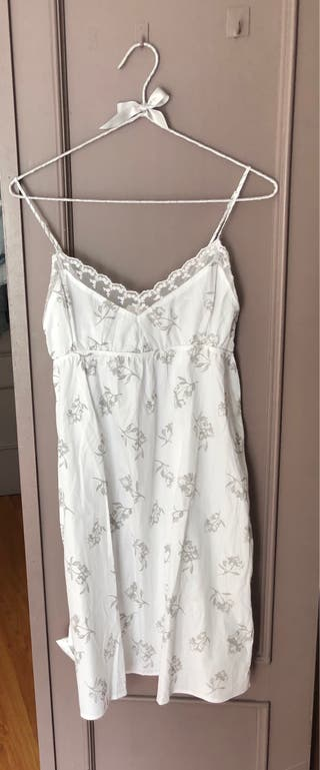 Camisón blanco con flores en gris