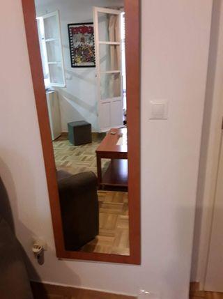muebles de salón y espejo