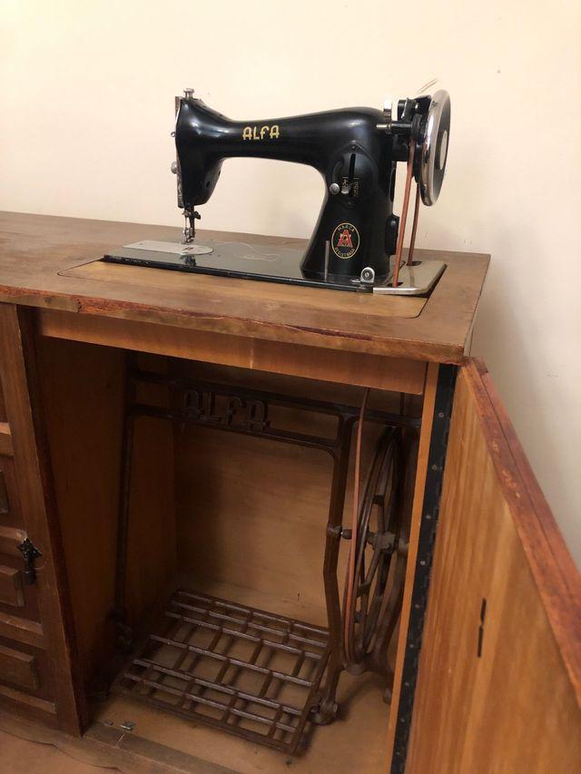 Maquina de coser alfa antigua con mueble de segunda mano