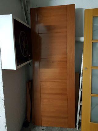 puerta madera maciza con molduras nueva