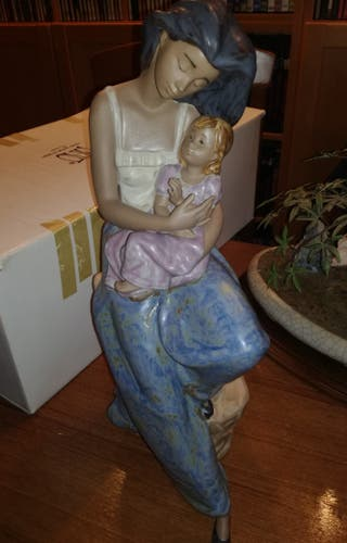 Figura porcelana Nao Mamá con niña 1184