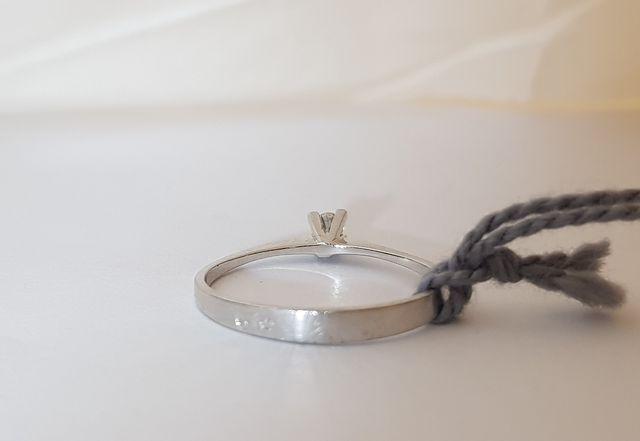 Solitario con diamante de oro blanco de 18k
