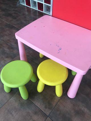 Mesa infantil y 4 taburetes