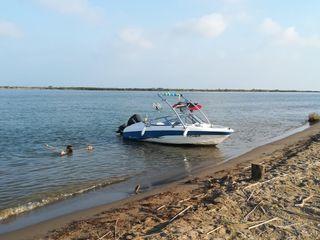barca proa abierta con amarre en riumar