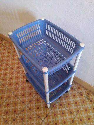 Estantería con cestas de plástico
