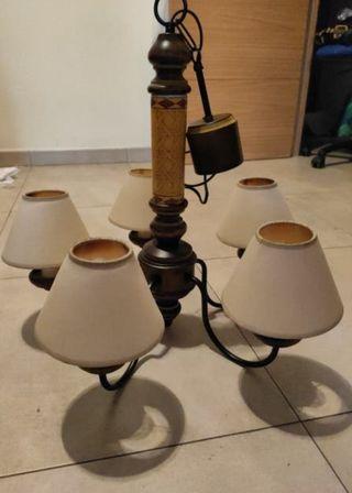 Lámpara de madera con brazos de acero