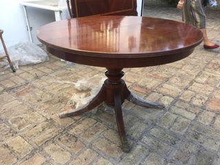 Mesa de comedor barnizada de madera